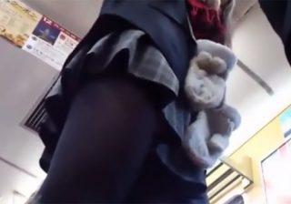 【 盗撮動画 】鞄にカメラを隠して制服JKのスカート内をバレないように逆さ撮り⇒凝視したくなる接写パンツwww