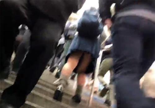 【 盗撮動画 】制服女子校生たちを追跡しながらパンチラ逆さ撮り…色んなパンツを拝み放題www