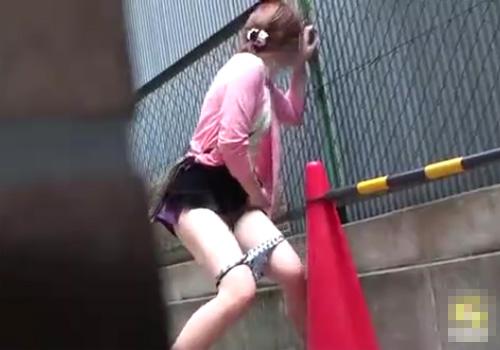 【 隠撮動画 】女の子が路地裏で野ション中に物音に驚いて慌てふためいて小便を撒き散らしパンツはびしょ濡れwww