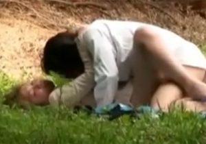 【 盗撮動画 】会社をサボって野原で野外セックスしてる素人カップル達を隠し撮りwww
