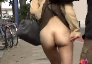 【 隠撮動画 】街中で素人女性達のスカート捲り悪戯!!!※ノーパンで思わず興奮したwww