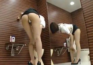 【 盗撮動画 】スタイル抜群の美脚受付嬢が女子トイレで破れたパンストを履き替える様子をじっくり堪能出来る!!!