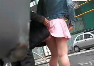 【 盗撮動画 】鞄でミニスカートを捲り上げて素人女子大生たちのパンチラ隠し撮りwww