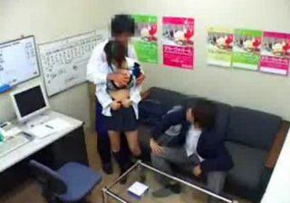 【 盗撮動画 】高校生カップルが万引きで捕まり彼氏の前で巨乳彼女を強姦する鬼畜店長が隠し撮りwww