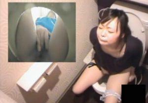 【 盗撮動画 】トイレで素人お姉さんが激しい指オナ⇒昇天と失禁してあまりの快感に放心状態になるwww
