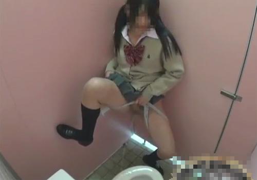 【 盗撮動画 】学校内の女子トイレに隠しカメラ設置⇒JKたちがオシッコ遊びしてる様子を捉えたwww