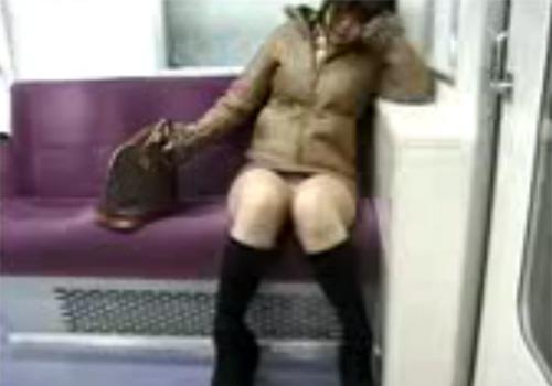【盗撮動画】電車内で対面に座って居眠りしてるお姉さんのタイトスカート内のパンツが丸見え状態www