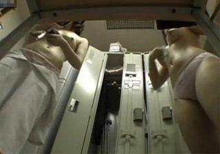 【 隠撮動画 】会社の女子更衣室で同僚の巨乳OLたちの着替えを隠し撮りした映像が流出www