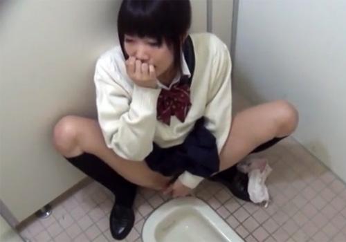 【 無修正盗撮動画 】学校内の女子トイレで性欲旺盛な制服JKが声を押し殺してオナニーしてるwww