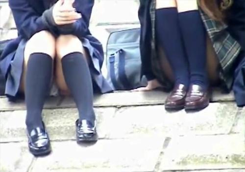 【 盗撮動画 】河川敷で清純そうな制服JKのパンチラを撮影する為に対岸に潜むカメラマンwww