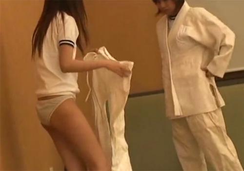 【 盗撮動画 】美少女JKたちが制服から柔道着に着替えてる様子を変態教師がこっそり隠し撮り!!!