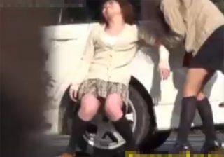 【 盗撮動画 】公園で昼間からお酒を飲む素人女性が泥酔して駐車場で立ちションお漏らしwww