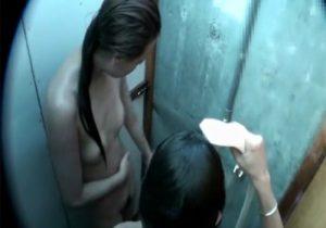 【 盗撮動画 】ビーチで遊び海の家のシャワー室で海水を流し落としてる可愛い素人ギャル達を隠し撮り!!!