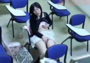 【 盗撮動画 】自習室で女の子が勉強中にムラムラしてオナニー開始…予備校の防犯カメラが捉えた映像www
