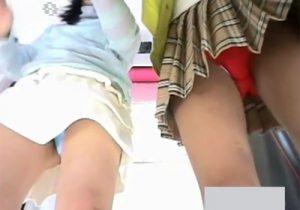 【 隠撮動画 】足元から覗き放題!プリクラ機内に小型カメラ設置して若い素人女性のリアルパンチラ隠し撮りwww