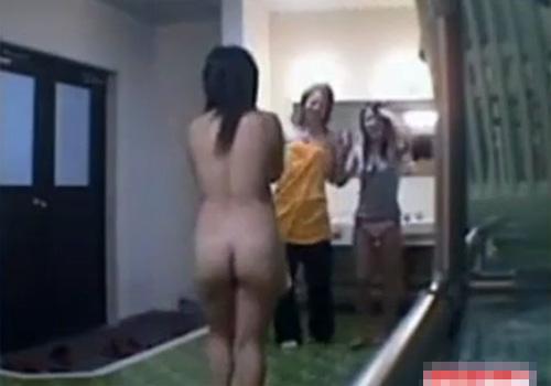 【 隠撮動画 】合宿所の女子風呂の脱衣所に仕掛けた隠しカメラに全裸ではしゃぐ女子大生たちが映っていたwww