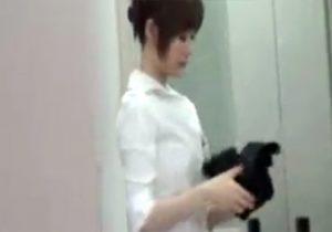 【 盗撮動画 】学校の更衣室で美人教師の着替えを生徒が覗き可愛い下着を スマホで隠し撮りwww