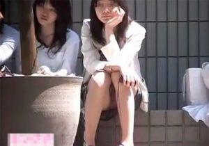 【 盗撮動画 】街中や公園で地べたに座ってる無防備なミニスカート素人女子のパンツを撮影しまくるwww