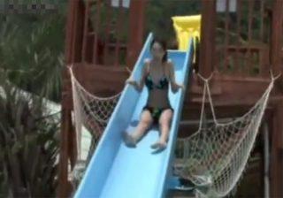【 隠撮動画 】ウォータースライダーを楽しむ女子大生の水着美女を隠し撮り…おっぱいポロリお宝映像www