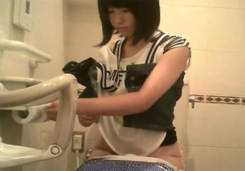 【 隠撮動画 】モデル級に可愛い素人女性が次々と入って来る公衆トイレで放尿する様子を固定カメラ設置して撮影www