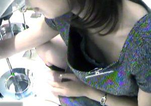 【 盗撮動画 】小型カメラを使い、服屋の可愛い店員さんの胸チラ隠し撮り…この臨場感に興奮www
