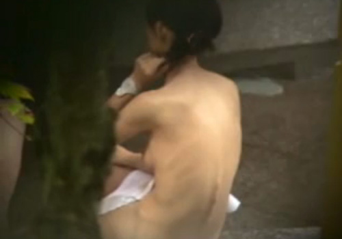 【盗撮動画】露天風呂で黒髪ツインテールの貧乳オッパイが幼さを感じる10代素人女子の裸体を望遠カメラで覗くwww
