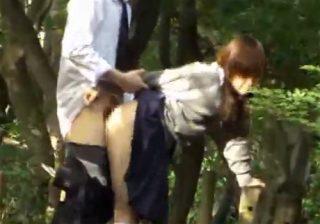 【 盗撮動画 】学校帰りにムラムラした学生カップルが公園で性行為してる様子を散歩中に発見して隠し撮りwww