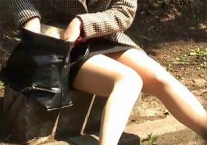 【 隠撮動画 】公園で休憩を取ってる素人OLお姉さんの座りパンチラを接写で隠し撮りwww