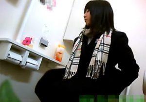 【 盗撮動画 】これはヤバイ!JC・JK達がトイレに駆け込みオシッコする様子を詰め合わせ隠し撮り映像www