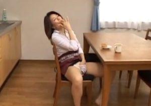 【 盗撮動画 】家事を終えて休憩中にムラムラした美熟女がパンツに手を突っ込み絶頂オナニーwww