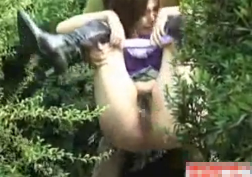 【隠撮動画】美人巨乳ギャルが野ション中に背後から抱きかかえてマンコ丸出しで小便撒き散らすwww