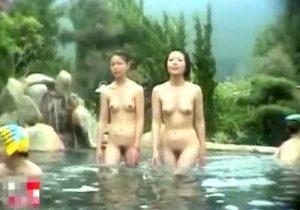 【 無修正盗撮動画 】秘湯巡りに訪れた若い素人女性達の露天風呂の入浴シーンを隠し撮りwww