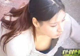 【 隠撮動画 】街中でジュースを飲んでる素人巨乳お姉さんの胸元を神アングルで撮影www※乳首チラリ