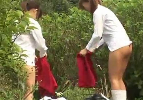 【 盗撮動画 】巨乳JKの2人組が茂みに隠れて制服から体操着に着替えてる所に偶然出くわして撮影www