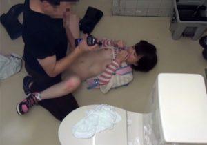 【 盗撮動画 】公衆トイレの鍵をこじ開けて放尿中の可愛いJS少女を強姦する様子を隠し撮り!!!