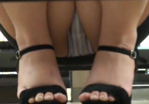 【隠撮動画】レンタルショップの棚下からミニスカ美脚お姉さんのパンチラ隠し撮りwww