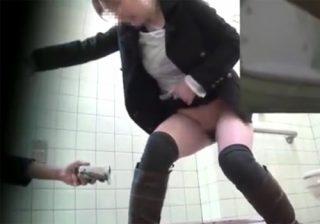 【 盗撮動画 】素人女性が公衆トイレで放尿中にドアを開けられ小便撒き散らし焦る姿をご覧下さいwww
