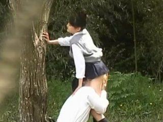 【 隠撮動画 】高校生カップルが白昼堂々と青姦セックス…チンポをフェラして激ピストンで腰振りwww