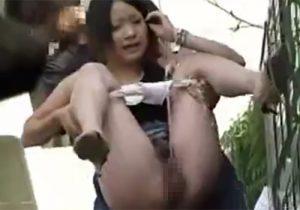 【 無修正盗撮動画 】人目を避けて野ションしてるお姉さんの背後から近づき抱きかかえ小便撒き散らすwww
