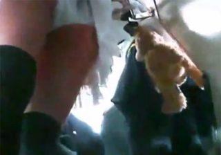 【 隠撮動画 】通勤中のバス車内で女子大生のパンチラ逆さ撮り…食い込みパンツやムチムチ太股が堪らんwww