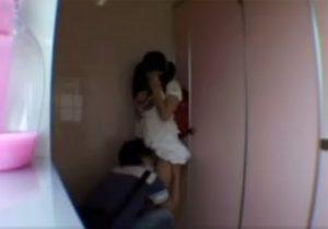 【 盗撮動画 】公園の公衆トイレでランドセル背負ったJS少女が放尿後、男にレイプされる問題映像!!!