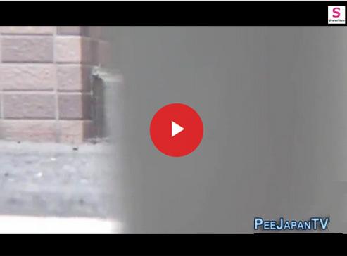 【 無修正盗撮動画 】放尿が我慢出来ず人気のない路地裏に隠れて野ションする素人お姉さん隠し撮りwww