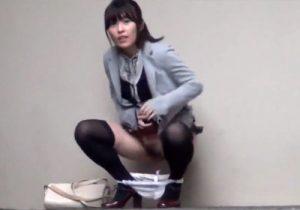 【 隠撮動画 】オシッコが我慢出来ず野ション中にカメラの存在に気付いたお姉さんの切望的な表情がコチラwww