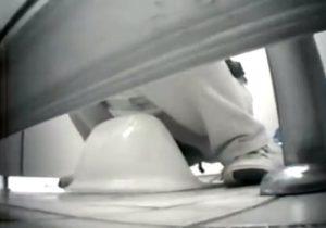 【 盗撮動画 】公園の女子便所に侵入して素人奥様たちの排便シーンをドアの隙間からカメラを入れて撮影www