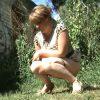 【 隠撮動画 】海外のセレブ美女たちが草むらに隠れて野ションする様子を隠し撮りwww