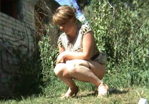 【 盗撮動画 】海外のセレブ美女たちが草むらに隠れて野ションする様子を隠し撮りwww