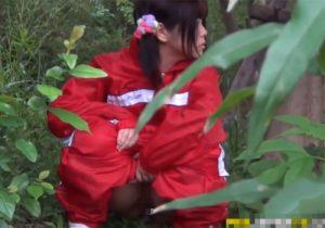 【 無修正盗撮動画 】公園でランニングしてるJC少女が人気のない茂みに隠れてオシッコする様子を激撮www