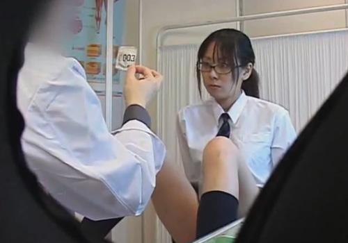 【 盗撮動画 】産婦人科に訪れた幼さが残る眼鏡JKがセクハラ医師に診察と称してチンポを挿入するwww