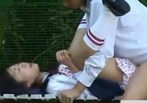【 盗撮動画 】放課後に校庭裏のベンチで青強セックスする学生カップル…凄い気持ち良さそうwww