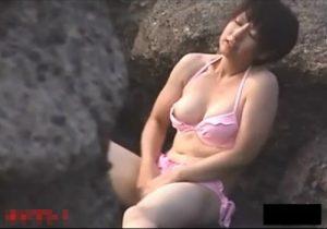 【 盗撮動画 】岩場に隠れて野外オナニーに没頭するビキニ水着の巨乳お姉さんを発見www